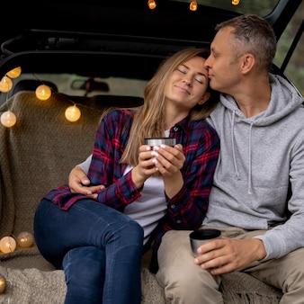 Joli couple profitant d'un voyage sur la route ensemble