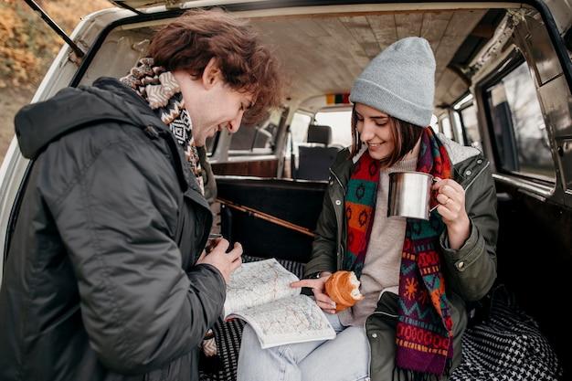 Joli couple regardant une carte pour une nouvelle destination