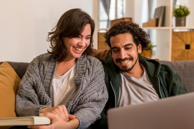 Joli couple regardant une émission de télévision dans le salon