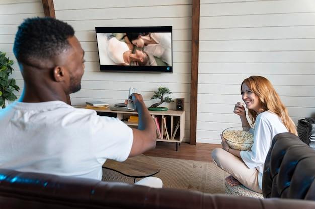 Joli couple regardant un film sur netflix