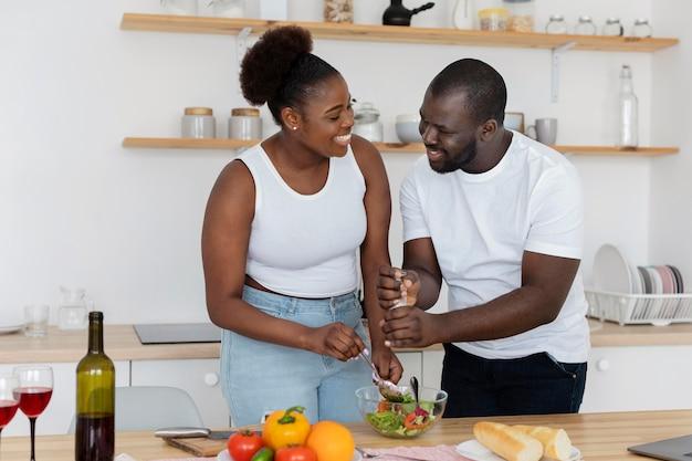 Joli couple restant dans la cuisine