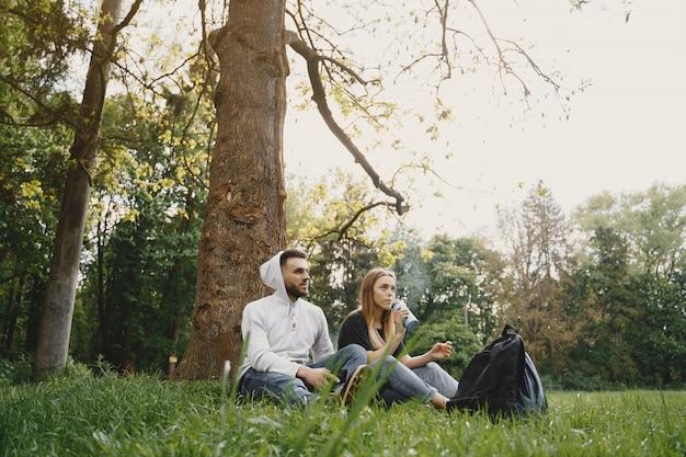 Joli couple se reposer dans une forêt d'été