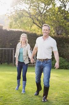 Joli couple tenant les mains dans le jardin