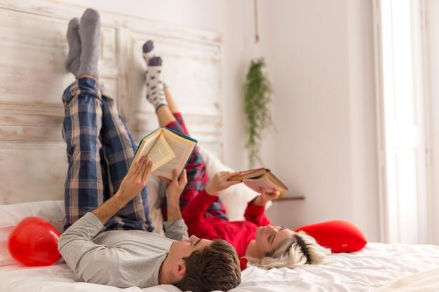 Joli couple en train de lire ensemble