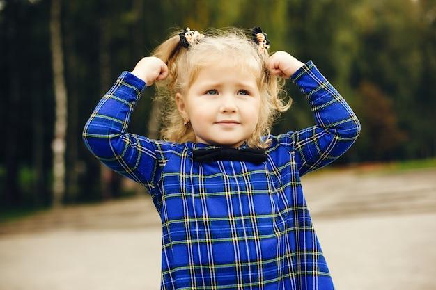 Joli enfant dans un parc jouant sur l'herbe