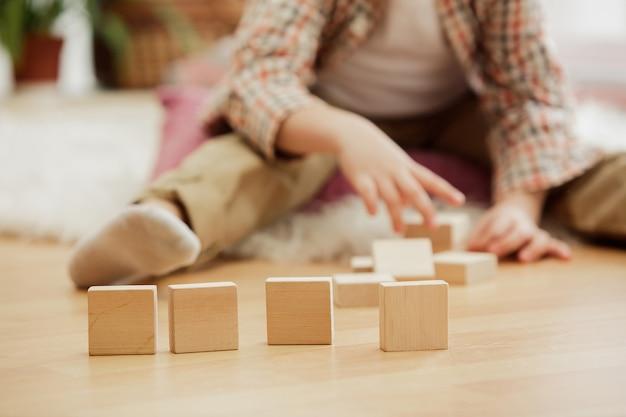 Joli Garçon Jouant Avec Des Cubes En Bois à La Maison Photo gratuit