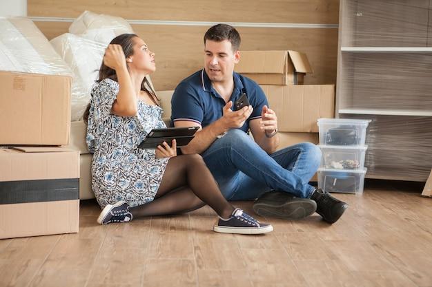 Joli jeune couple dans leur nouvelle maison. détente dans un nouvel appartement