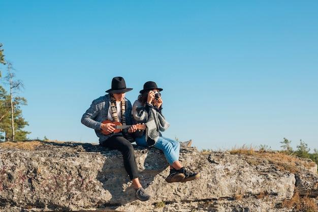Joli jeune couple profitant de la nature