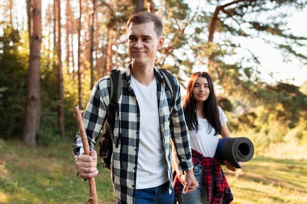 Joli jeune couple voyageant ensemble