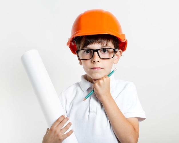 Joli jeune enfant avec un casque de sécurité