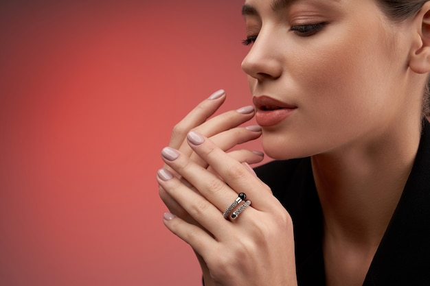 Joli modèle démontrant des bijoux coûteux