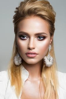 Joli modèle avec un maquillage lumineux. eyeliner.