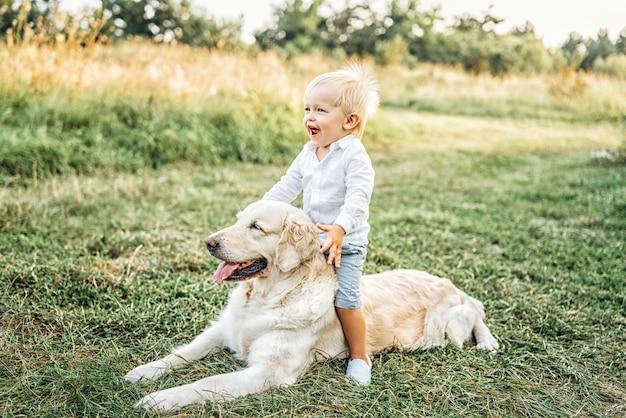 Joli petit bébé garçon amuser avec chien