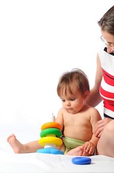 Joli petit bébé jouant avec une pyramide colorée