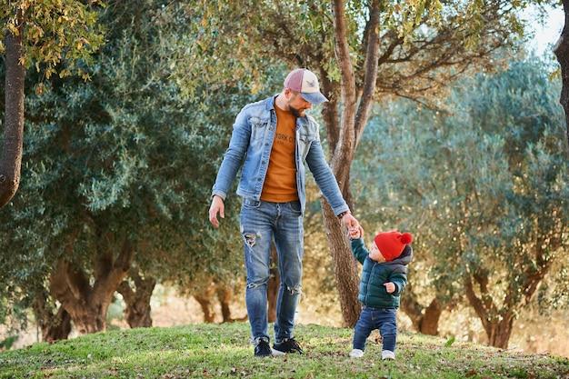 Joli petit garçon qui apprend à marcher