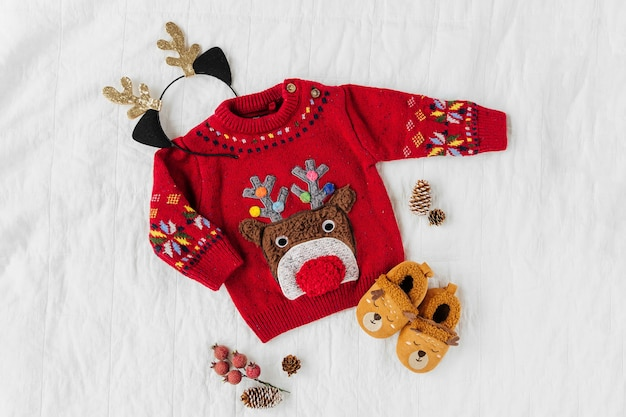 Joli pull de noël avec cerf pour petit bébé. fête de noël