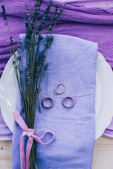 Joli set de table de mariage violet à pois sur une table shabby chic blanche avec une étiquette just married