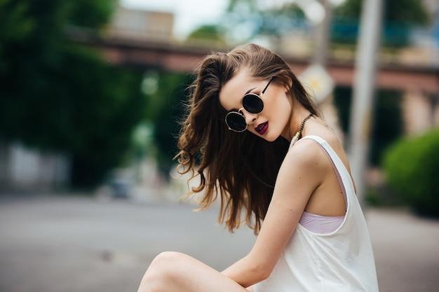 Jolie adolescent avec des lunettes de soleil