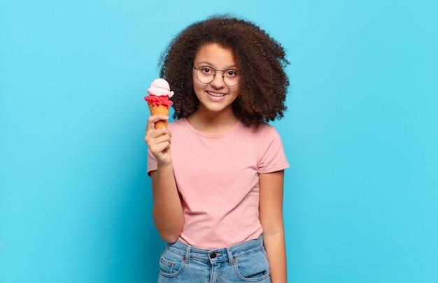Jolie adolescente afro à l'air heureuse et agréablement surprise, excitée par une expression fascinée et choquée. concept de crème glacée sumer
