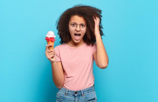 Jolie adolescente afro hurlant les mains en l'air, se sentant furieuse, frustrée, stressée et bouleversée. concept de crème glacée sumer