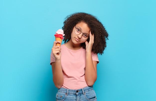 Jolie adolescente afro se sentant ennuyée, frustrée et somnolente après une fatigue