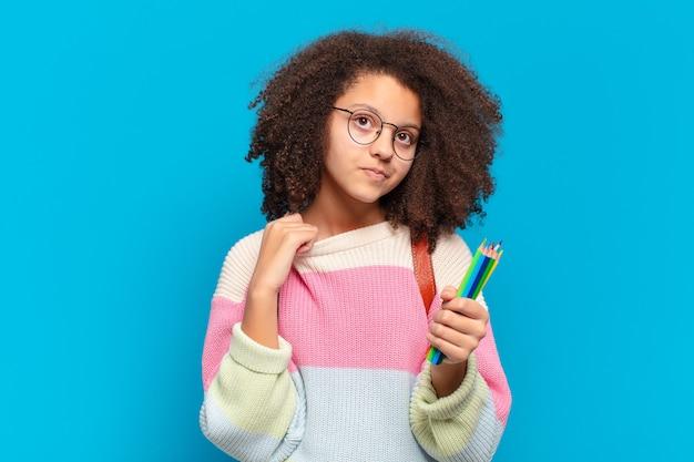 Jolie adolescente afro se sentant stressée, anxieuse, fatiguée et frustrée, tirant le col de la chemise, l'air frustrée par le problème. concept étudiant