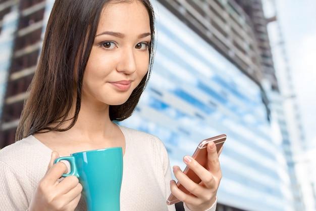Jolie adolescente à l'aide de smartphone