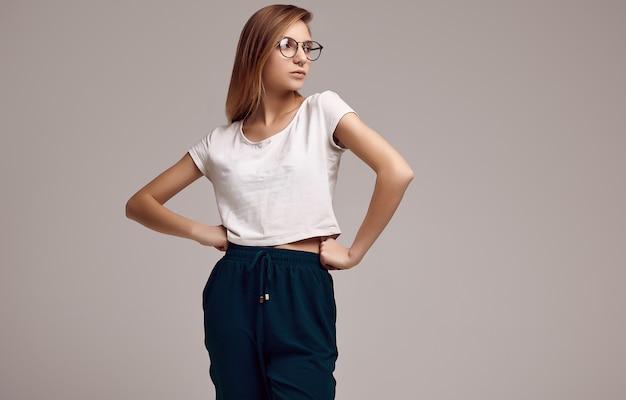 Jolie adolescente en chemise blanche et lunettes
