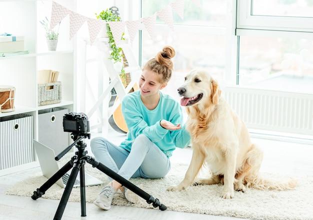 Jolie adolescente avec chien blogging
