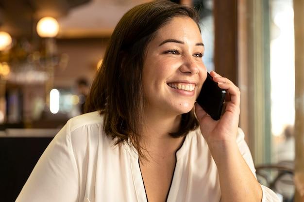 Jolie adolescente parlant au téléphone