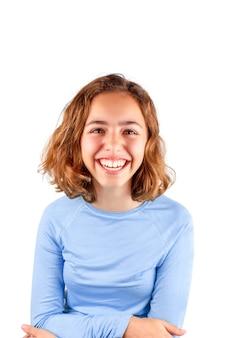 Jolie adolescente qui rit en t-shirt bleu classique