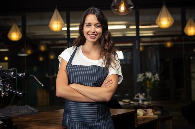 Jolie barista croisant les bras