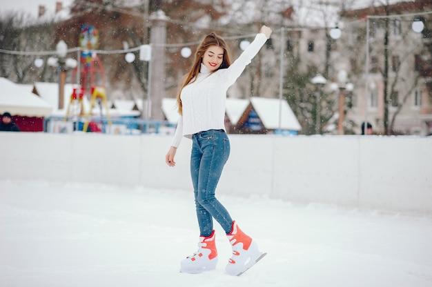 Jolie et belle fille dans un pull blanc dans une ville d'hiver