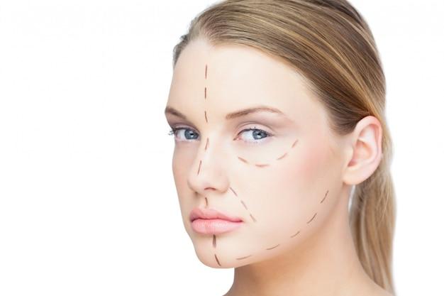 Jolie blonde décontractée avec des lignes pointillées sur le visage
