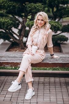 Jolie blonde femme buvant du café