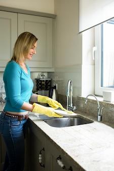 Jolie blonde femme faisant des tâches ménagères
