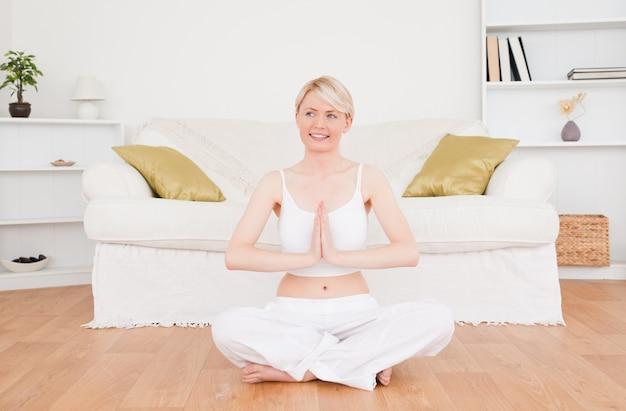 Jolie blonde femme pratiquant le yoga