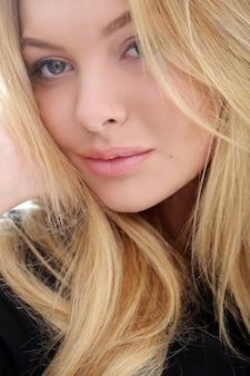 Jolie blonde à la maison