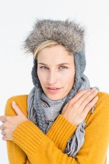Jolie blonde portant un chapeau chaud