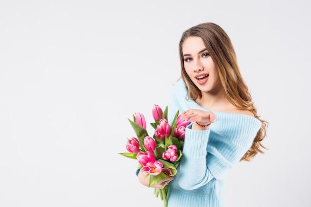 Jolie blonde woman holding bouquet de tulipes