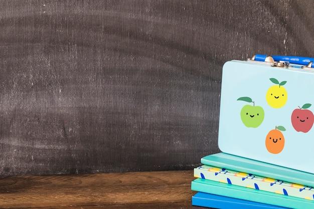 Jolie boîte à lunch sur des blocs-notes