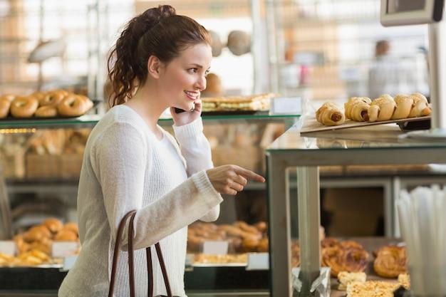 Jolie brune choisissant une pâtisserie
