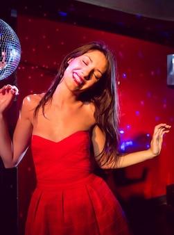 Jolie brune dansant et souriant