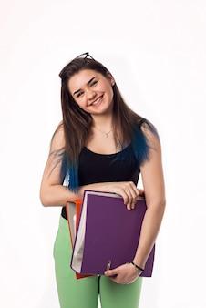 Jolie brune étudiante jeune femme dans des verres avec des dossiers colorés