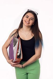 Jolie brune étudiante jeune femme avec des dossiers colorés