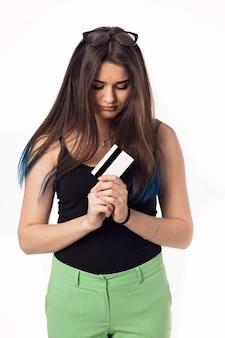 Jolie brune étudiante jeune femme en pantalon vert