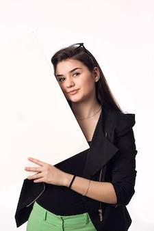 Jolie brune étudiante jeune femme avec tableau blanc
