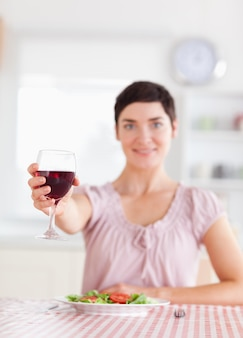 Jolie brune femme grillage avec du vin