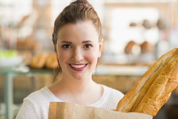 Jolie brune avec un sac de pain