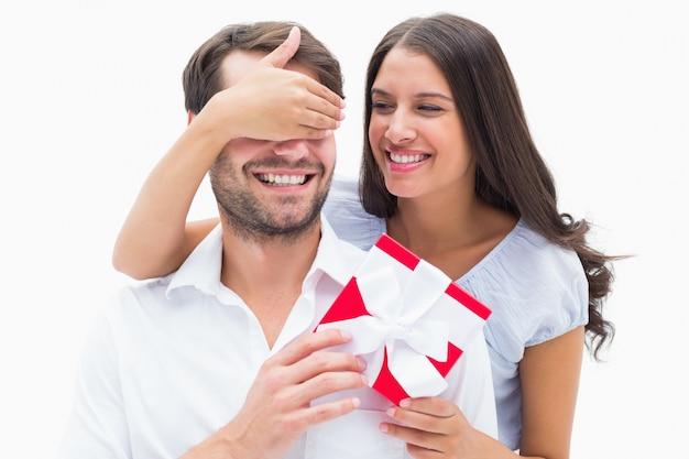 Jolie brune surprenant copain avec un cadeau